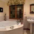 Cottage Jacuzzi bath