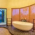 Tholo main bedroom bath