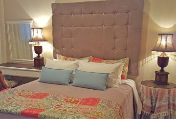 One Bedroom Cottage: Separate bedroom with queen size bed